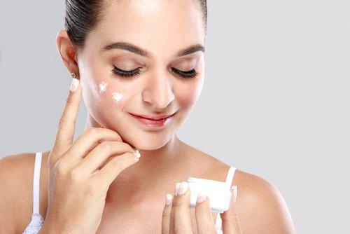cream apply on face aloe vera
